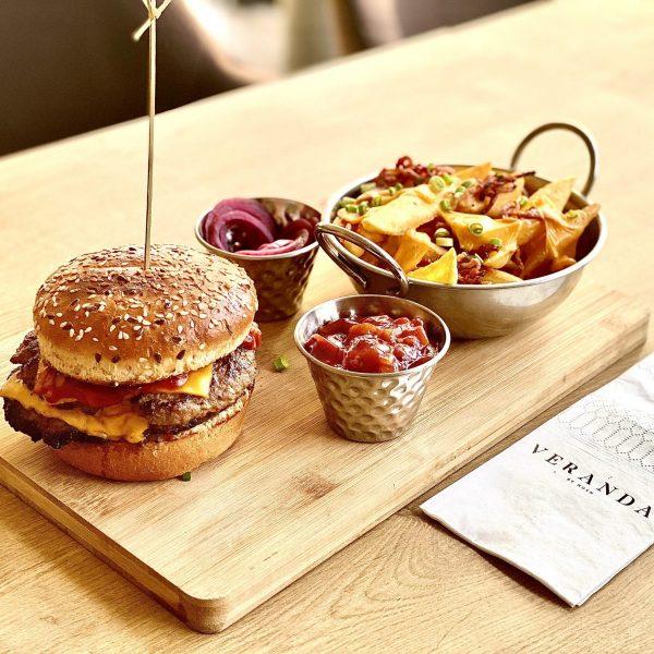 Double Cheeseburger cu cartofi prajiti cu sos cedar, bacon si jalapeno
